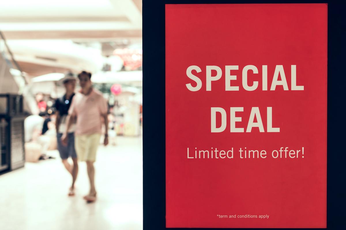 Dwóch mężczyzn w sklepie plakat oferta specjalna